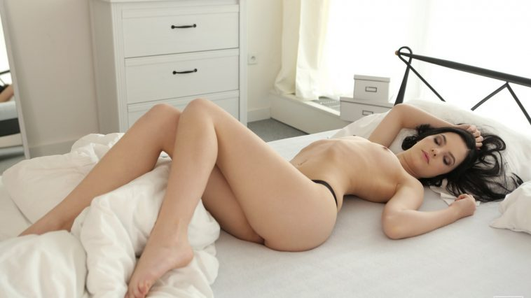 Anie Darling in Naked Beauty 1
