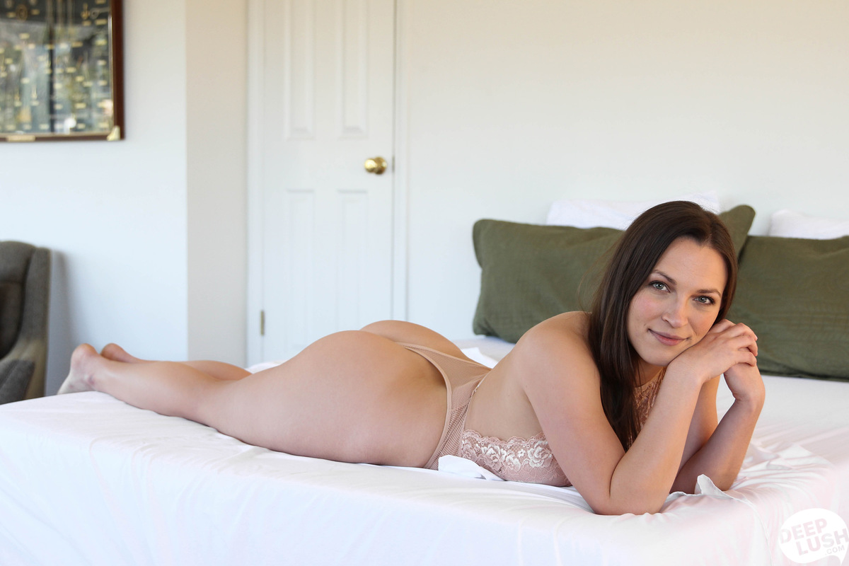 Barefoot Leah Luv Porn deep lush lily love in deep -01 - nubile films videos and